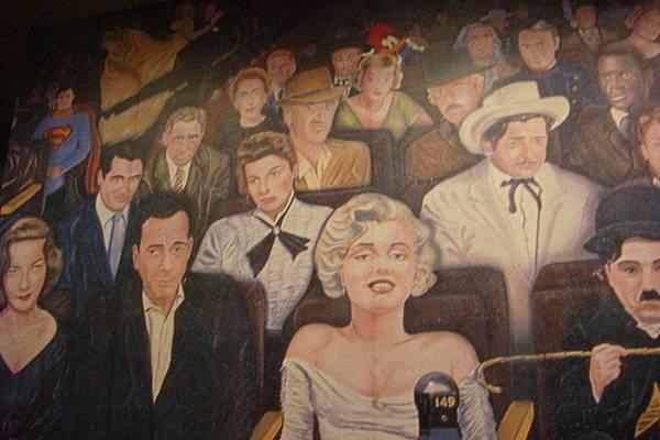 影城旁的影星坐雲霄飛車有趣壁畫
