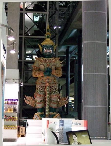抵達曼谷,機場內的塑像
