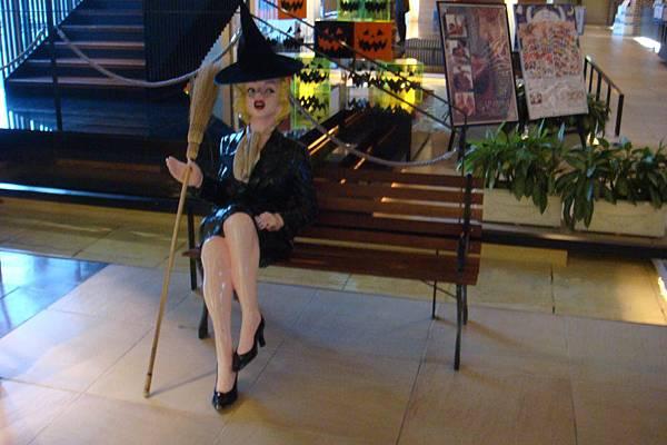 巫婆裝的瑪麗蓮夢露歡迎您光臨環球影城港大飯店