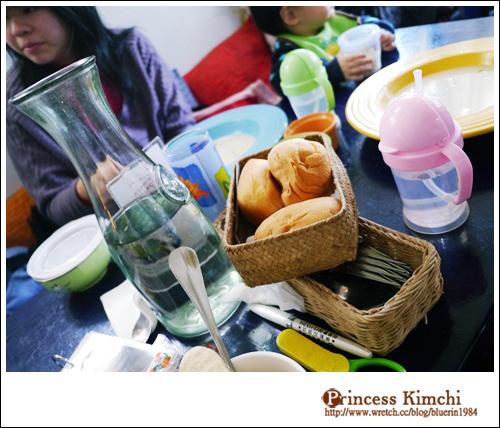 餐包,桌上一堆寶寶們的東西