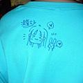 在小粉絲的衣服上畫圖簽名