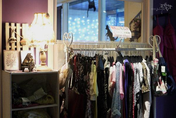 小房間裡是沙發,有一些二手衣跟全新的美國品牌商品