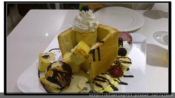 新竹竹北《Jack Pan Cafe傑克潘》香蕉巧克力舞會蜜糖吐司切開.jpg