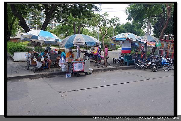 泰國曼谷《Royal View Resort 帝景度假飯店》路口小吃.jpg