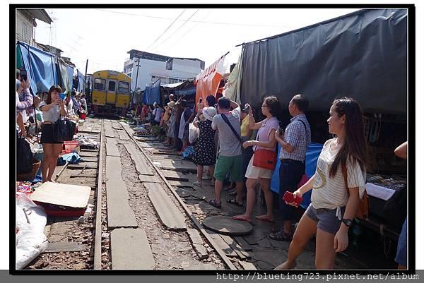 泰國《Maeklong美功鐵道市場》9.jpg