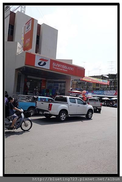 泰國《Maeklong美功鐵道市場》雙條等車處.jpg