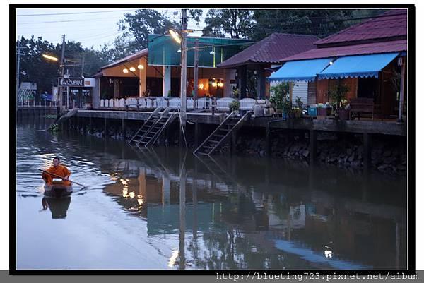 泰國《Amphawa安帕瓦水上市場》清晨佈施 4.jpg