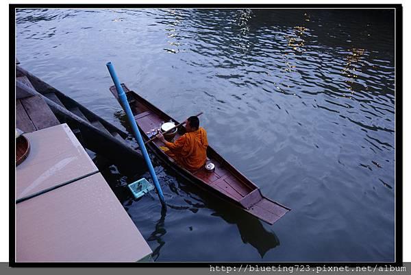 泰國《Amphawa安帕瓦水上市場》清晨佈施 6.jpg