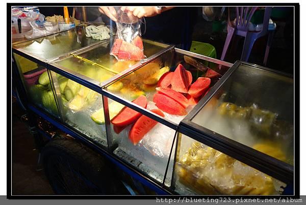 泰國曼谷小吃《現切水果攤》.jpg