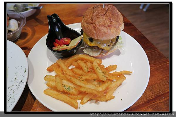 新竹竹北《月亮先生咖啡館》起司牛肉堡1.jpg