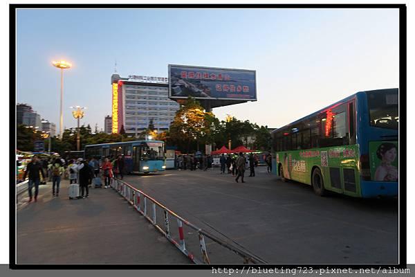 雲南大理《火車站前廣場》公交車(公車).jpg