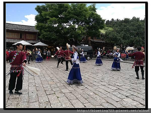 雲南《麗江古城》10 四方街歌舞表演.jpg