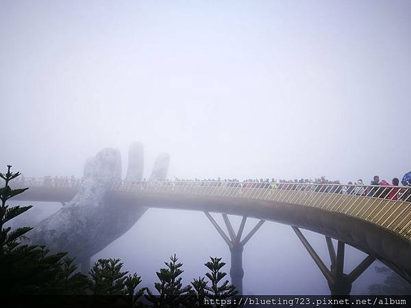 越南峴港Da Nang《巴拿山Sun World Ba Na Hills》Golden Bridge黃金佛手橋1.jpg
