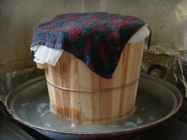 正在用木桶蒸的長糯米