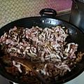 將料都炒 拌勻 加入黑胡椒,醬油等