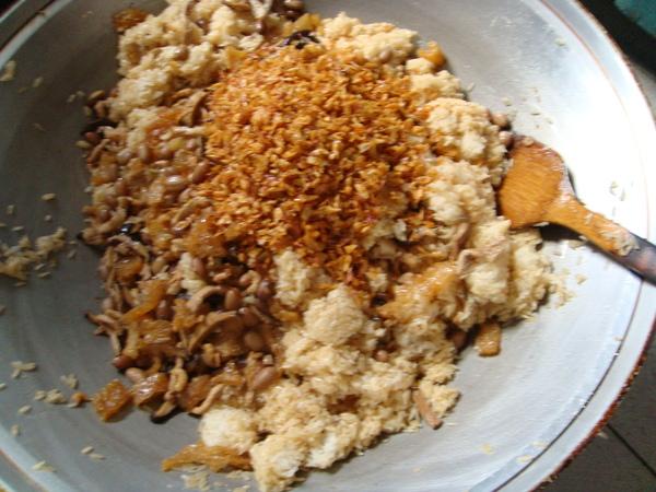 將料拌勻 加入黑胡椒,醬油等