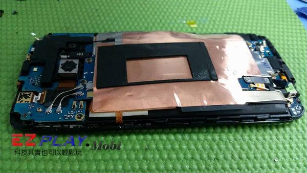 HTC E8電池膨脹到把主機板都弄彎了