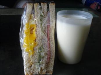 全麥三明治 + 牛奶