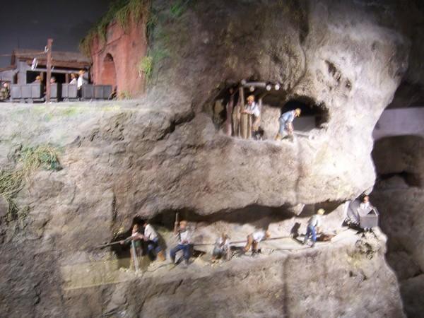 礦坑剖面圖