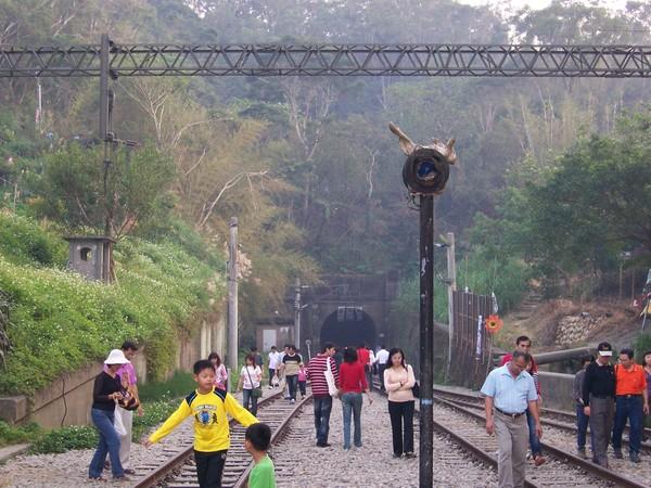 隧道目測大概有200公尺,可以步行進去..921之後這條鐵路就不行駛ㄌ