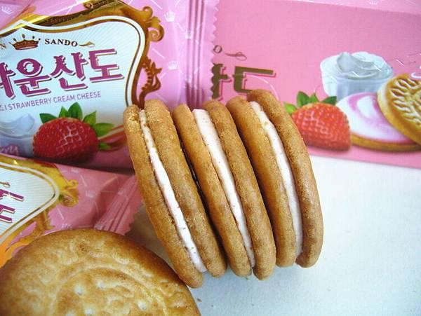 韓國CROWN草莓夾心餅乾-8.jpg