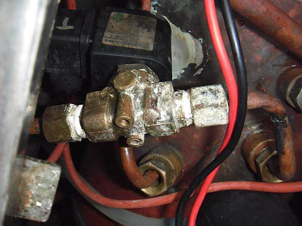 出水電磁閥故障 外觀明顯漏水+有時無法出熱水(內部柱筒體震動無法作動)