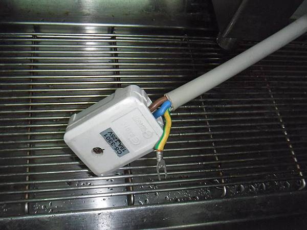 可能現場有將插頭的接地接上 其他的設備漏電 傳導到咖啡機 而造成電腦 補水功能故障 所以現場也才會漏電