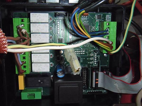 拆下機殼側板 發現機版無黑色外殼  PCB直接外露