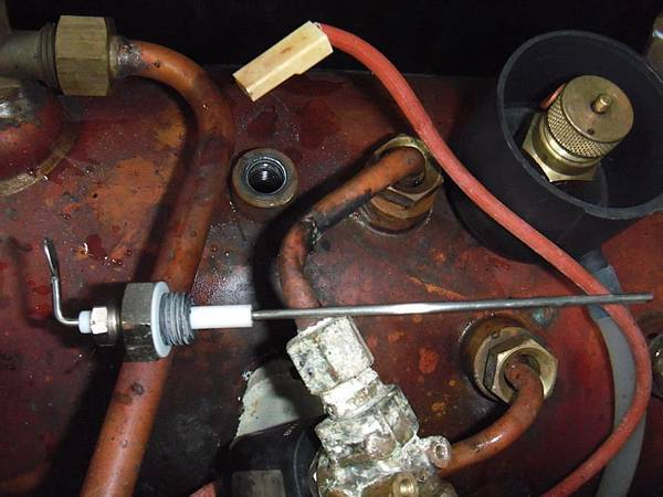 開機測試無法補水 拆下水位探針 發現被清過 代表先前客戶已經知道不能補水