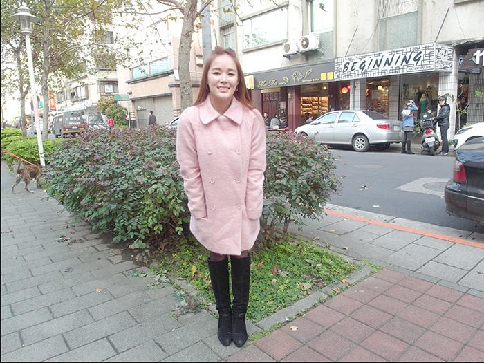 置身國外的錯覺小女人韻味十足摟空上衣粉粉大衣