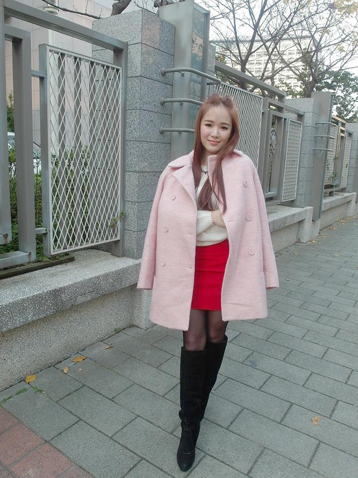 甜心教主置身國外的錯覺小女人韻味十足摟空上衣粉粉大衣