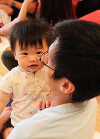 語慈笑眯眯 是喜歡爸爸的懷抱吧.jpg