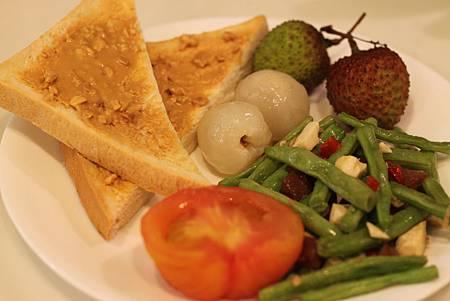 【今日早餐: 烤花生土司, 鹹蛋白炒四季豆, 去皮番茄, 當令荔枝】