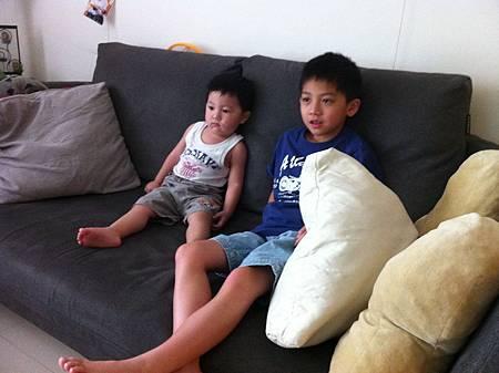 哥哥陪我看電視好不好.jpg