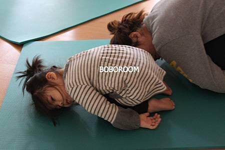 露妹和媽媽一起做娃娃睡姿