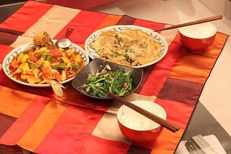 糖醋黃魚、清炒茼萵、九層蛋煎蛋、酸菜豬血湯