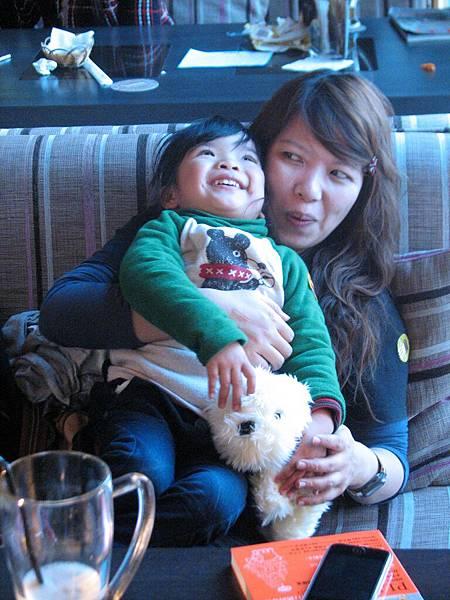 綠茶跟綠茶可愛的女兒,手上是戰利品XDDD