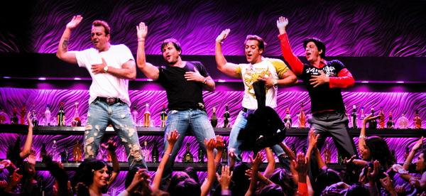 (左起)桑傑達、賽夫阿里罕、沙曼罕與沙魯克罕四大影帝破天荒在《如果‧愛在寶萊塢》中在同一場戲裡熱情飆舞