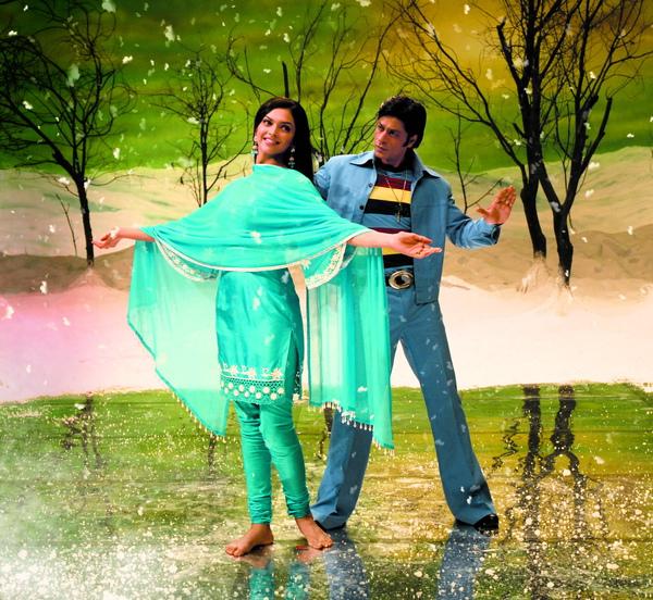 沙魯克罕(右)與女主角狄琵卡有許多逗趣又華麗的歌舞對手戲