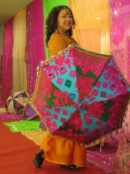 圖8 拿著印度傘還勾腳風情萬丈的台版琵艷卡