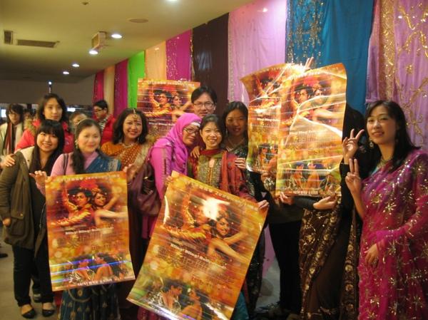 圖11 台寶人灑花大隊謹祝沙皇龍體安康寶萊塢雙霸天一定大賣~(那幾位拿海報遮住臉的捧友有這麼羞澀嗎?)