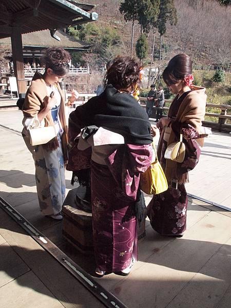 櫻花妹們圍在爐邊猛吸爐香!!