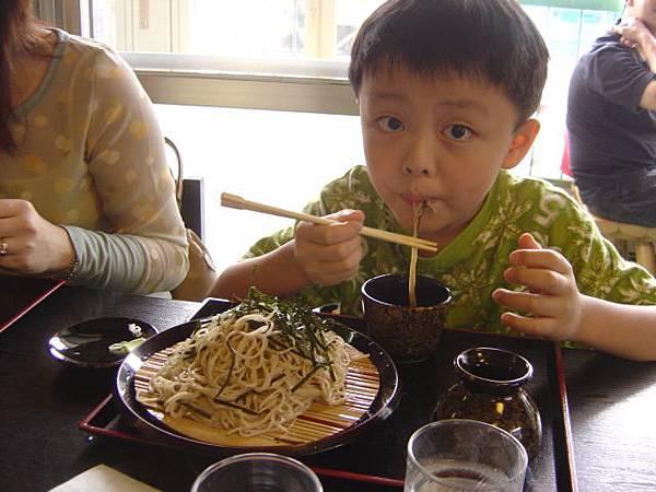 930705虹溪拿筷子.JPG