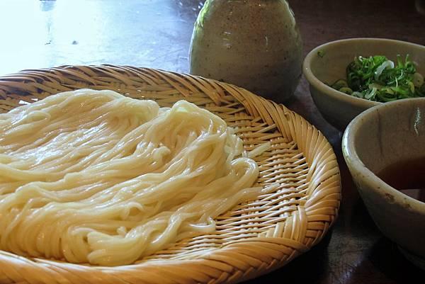 盛裝在竹簍上的冷烏龍麵