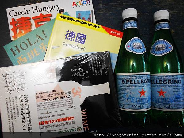 新買的旅遊書和氣泡礦泉水