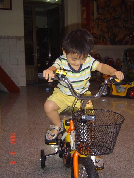 很認真騎車車.JPG