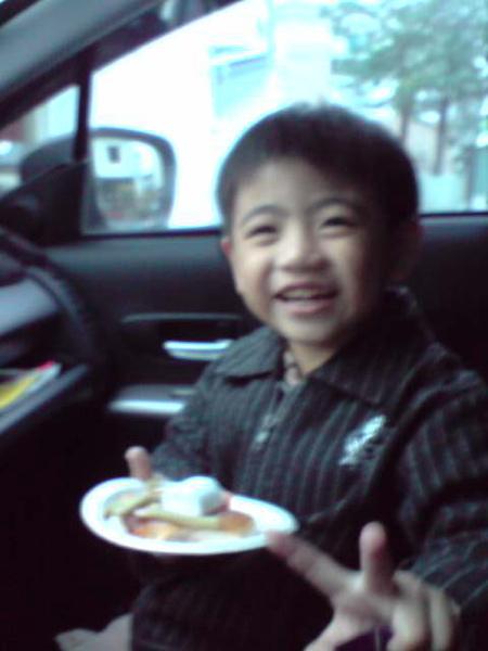 開心和自己的蛋糕照相.JPG