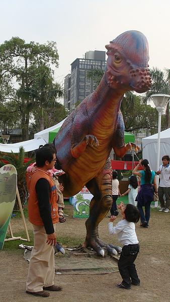 凱說要和恐龍對戰.JPG