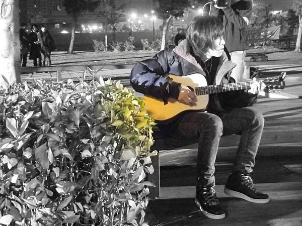 長夜漫漫 歐陽偷閒彈吉它