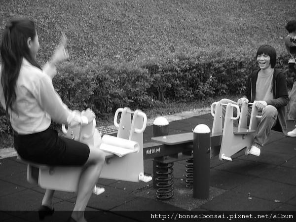 歐陽盆栽跟娜娜玩蹺蹺板